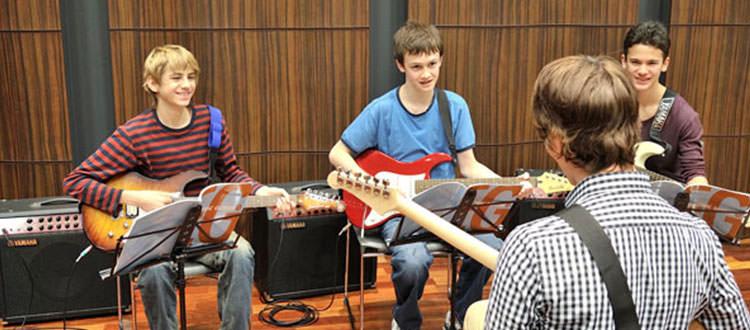 Clase-de-guitarra-electrica-YamahaMusicSchool-Malaga